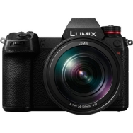 Panasonic Lumix S1R with 24-105mm F4.0 Lens